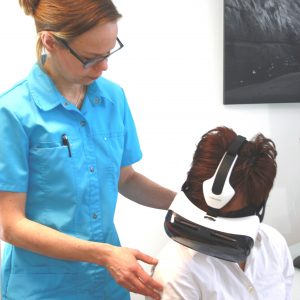 Kiki Coppelmanns with treating a patient with VR.
