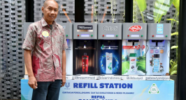 Nurdiana Darus, Head of Corporate Affairs and Sustainability Unilever Indonesia and a Unilever refill station